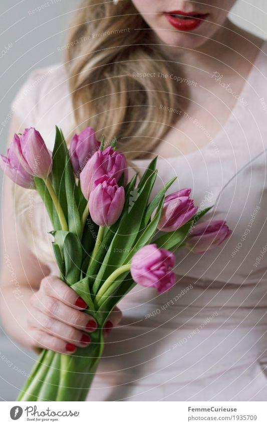 Frühling_02 feminin Junge Frau Jugendliche Erwachsene 1 Mensch 18-30 Jahre 30-45 Jahre Blumenstrauß Tulpe rosa Valentinstag Liebe Zopf blond Etuikleid Kleid