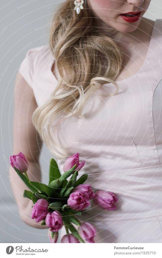 Frühling_09 feminin Junge Frau Jugendliche Erwachsene 1 Mensch 18-30 Jahre Valentinstag Geburtstag Blume Blumenstrauß Frühlingsgefühle blond Zopf Lippenstift