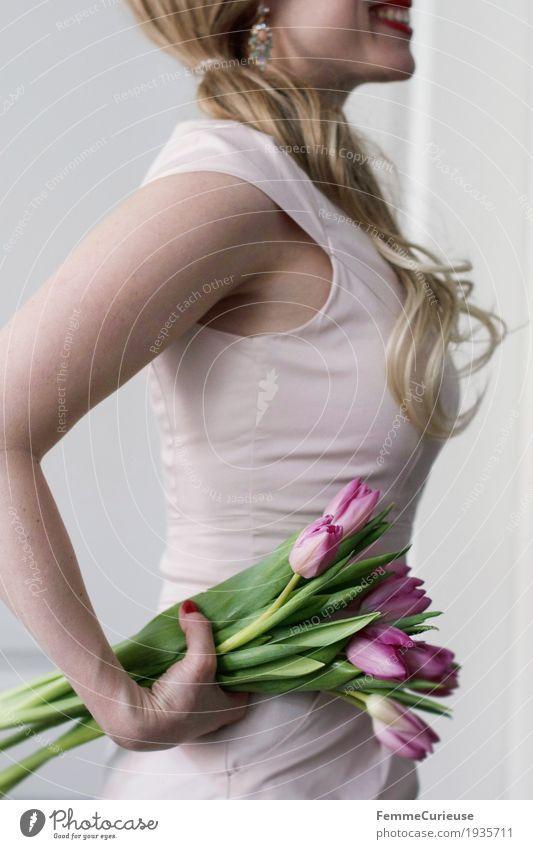 Frühling_05 Mensch Frau Jugendliche Junge Frau Hand Blume 18-30 Jahre Erwachsene feminin rosa elegant blond Geburtstag Arme Lächeln