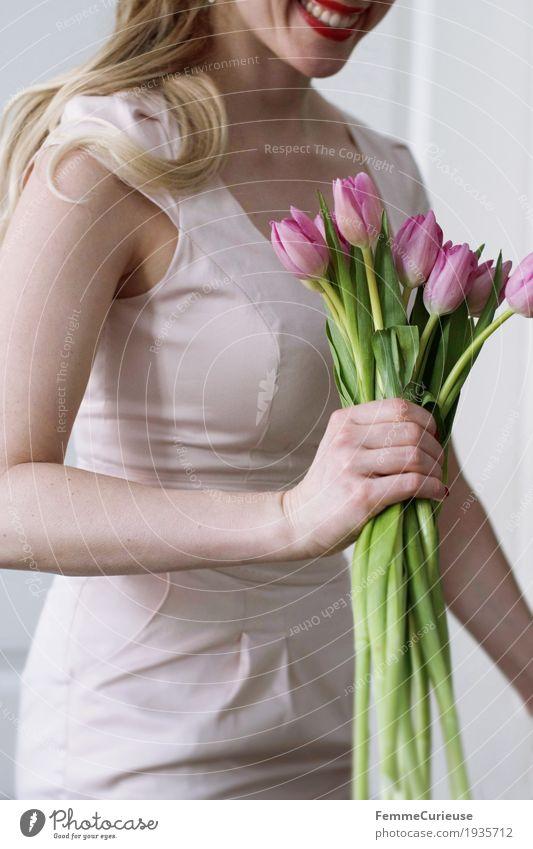 Frühling_06 feminin Junge Frau Jugendliche Erwachsene 1 Mensch 18-30 Jahre 30-45 Jahre Glück Achsel Etuikleid Kleid Pastellton rosa Arme Hand festhalten Tulpe
