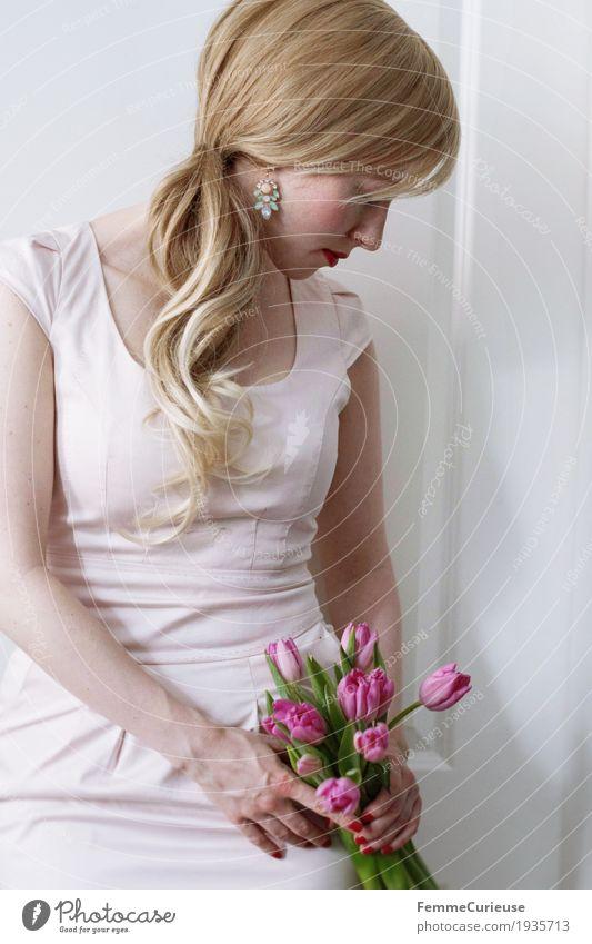 Frühling_12 feminin Junge Frau Jugendliche Erwachsene Mensch 18-30 Jahre blond Tulpe Blume Blumenstrauß rosa Romantik Kleid Zopf Liebe Valentinstag