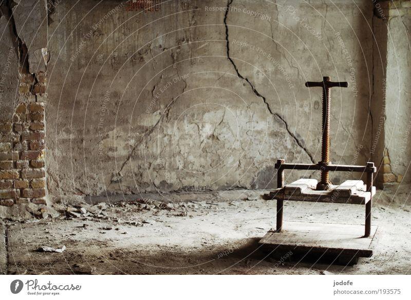 Druckmittel Fabrik Ruine Mauer Wand alt kalt kaputt grau weiß Presse schäbig Riss leer Leerstand Bauschutt Vergangenheit Vergänglichkeit brauerei Altertum
