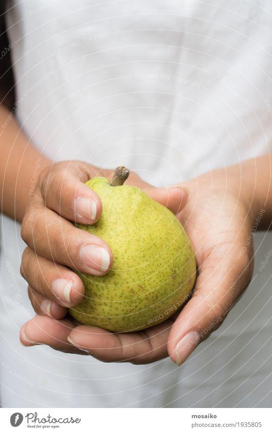 Nahaufnahme von Händen - Frau hält eine gelbe Birne Mensch Natur Sommer Farbe grün weiß Hand Erwachsene Herbst natürlich Garten Frucht frisch Finger