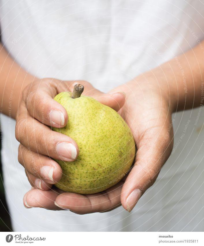 Nahaufnahme von Händen - Frau hält eine gelbe Birne Mensch Natur Sommer Gesunde Ernährung weiß Hand Erwachsene Herbst natürlich feminin Garten Frucht frisch