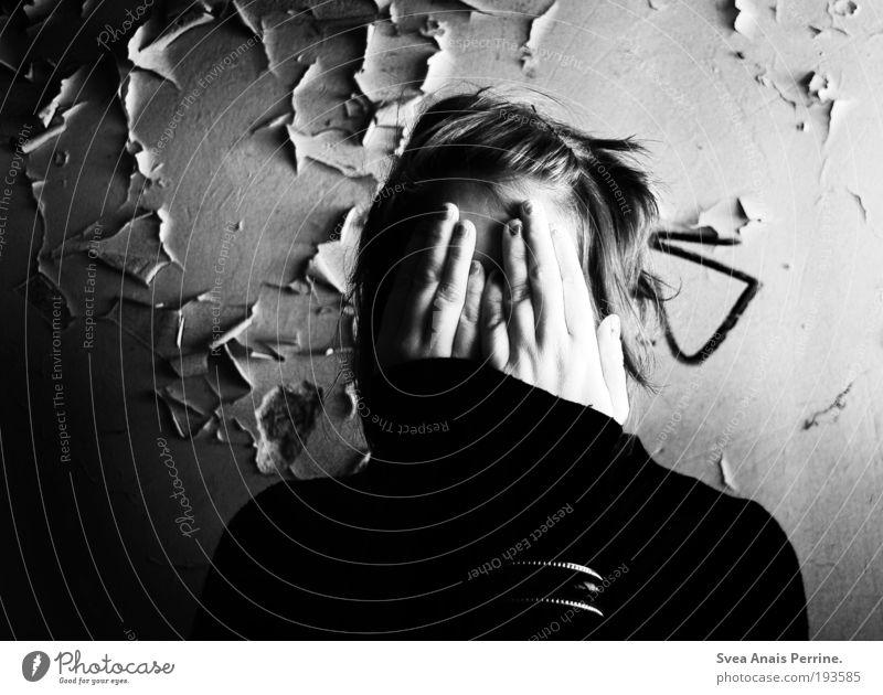 nichts sehen. Mensch Jugendliche Hand weiß schwarz Erwachsene kalt Wand Mauer Denken hell Angst Fassade Arme warten authentisch