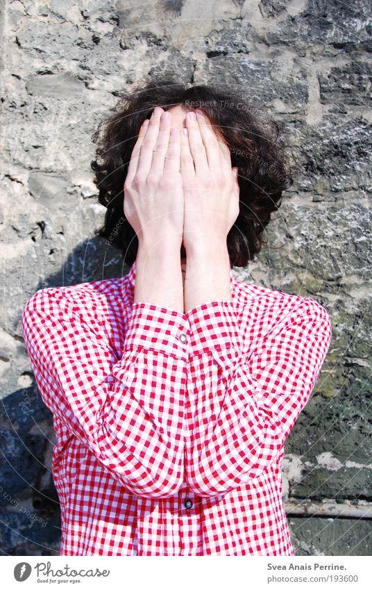 nichts sehen II Mensch Jugendliche Hand rot Erwachsene Wand Stein Traurigkeit Mauer Fassade Arme maskulin Suche 18-30 Jahre weich dünn