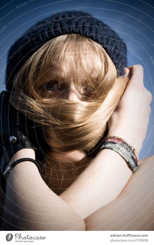 Haarina Mensch feminin Junge Frau Jugendliche Erwachsene 1 18-30 Jahre Himmel Wolkenloser Himmel Mütze Haare & Frisuren blond langhaarig Angst verdecken Gesicht