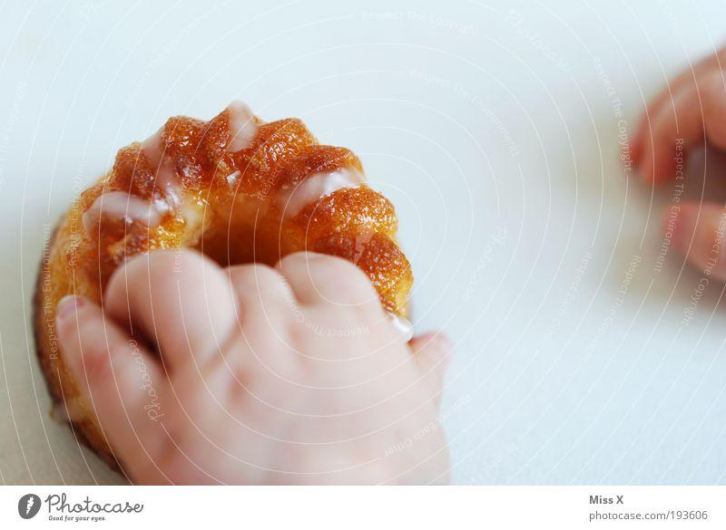 ich hab dich erwartet und Kuchen gemacht! Hand klein Essen Lebensmittel Finger Ernährung süß Übergewicht Süßwaren Kleinkind lecker Backwaren greifen Teigwaren