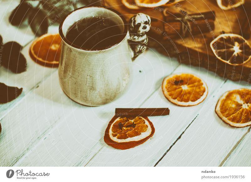 Tasse heißen Tee auf einer weißen Holzoberfläche mit getrockneten Früchten Frucht Kräuter & Gewürze Frühstück Becher Tisch frisch lecker retro braun orange