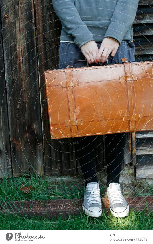 unterwegs Mensch Hand grün Ferien & Urlaub & Reisen ruhig feminin Gras Wege & Pfade Fuß braun Schuhe warten Ausflug Fassade Sehnsucht