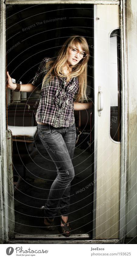 die fahrscheine bitte... Frau Ferien & Urlaub & Reisen Jugendliche schön Freude Erwachsene Leben Stil Lifestyle Mode Freizeit & Hobby verrückt Lächeln Ausflug retro einzigartig