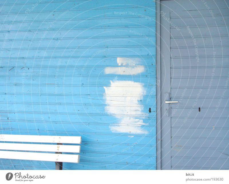 BESUCH VON FRAU MEIER Gebäude Architektur Mauer Wand Fassade Tür Holz Streifen Bank Hütte Schlüsselloch blau Holzwand Holzbank Eingang Ausgang Paneele Anstrich