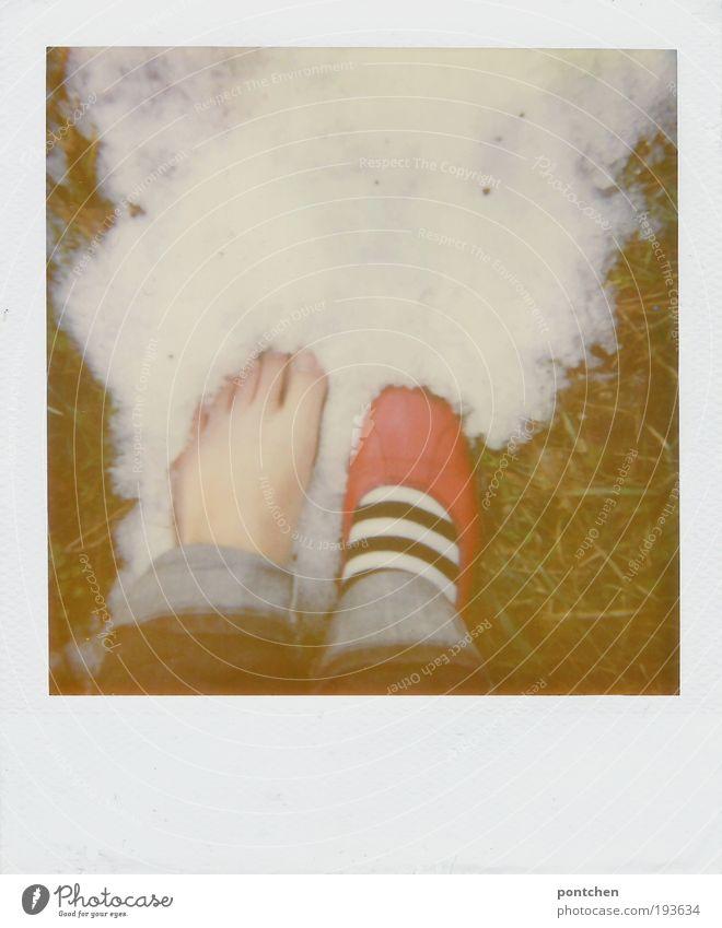 Ein nackter Fuß einer Frau steht im Schnee. Mutprobe. Roter Ballerina 1 Mensch Erde Winter Gras Wiese Bekleidung Hose Jeanshose Schuhe kalt retro grün rot