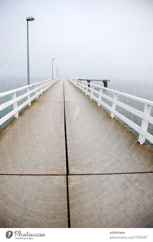 follow the cross Menschenleer Unendlichkeit weiß Ostsee Steg Geländer Laternenpfahl Kreuz Steinplatten Ferne Nebel Timmendorfer Strand grau Meer Traurigkeit
