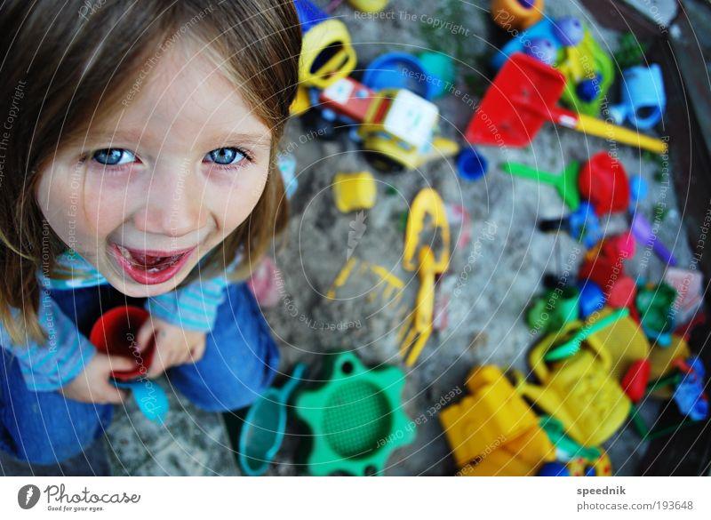Sandkastensaison Mensch Kind Mädchen Freude Spielen Garten lachen sitzen Fröhlichkeit Kitsch Spielzeug Lebensfreude schreien Kindheit