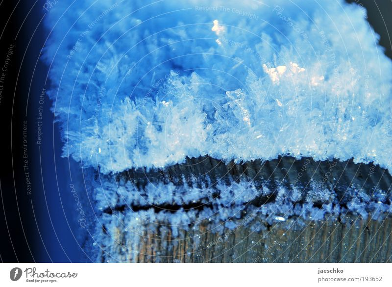 Kristall auf Theke Winter Klima Wetter Eis Frost Schnee Holz einfach kalt natürlich blau rein Umwelt Kristallstrukturen Eiskristall Strukturen & Formen