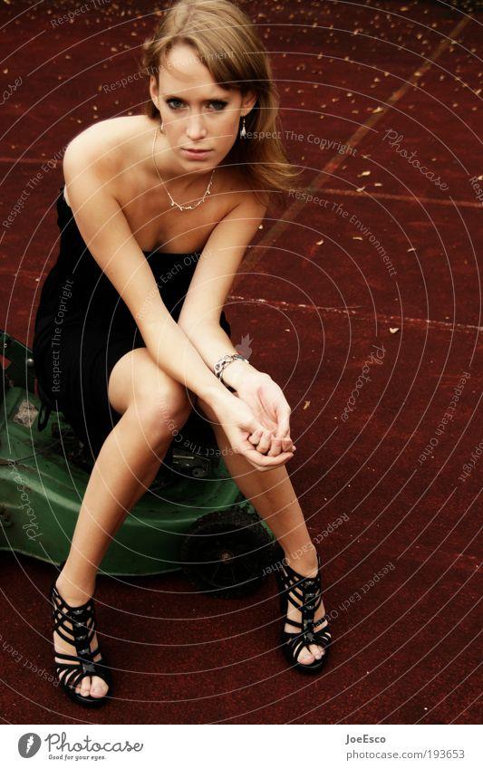 wo bleibt der sommer... Frau schön Leben feminin Freiheit träumen Traurigkeit Arbeit & Erwerbstätigkeit Feste & Feiern warten Mode Erwachsene Schuhe Lifestyle Kleid Freizeit & Hobby