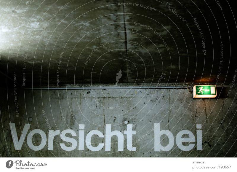 Pass bloß auf Feierabend Mauer Wand Tiefgarage Beton Zeichen Schriftzeichen Schilder & Markierungen Hinweisschild Warnschild Pfeil Notausgang rennen