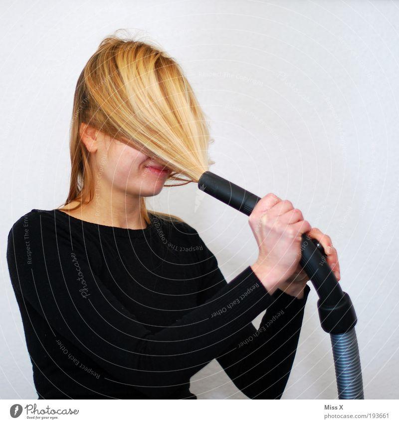 Haarausfall leicht gemacht Haare & Frisuren Häusliches Leben feminin Junge Frau Jugendliche 1 Mensch 18-30 Jahre Erwachsene langhaarig Sauberkeit verrückt
