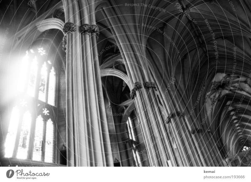 Göttliches Strahlen Kirche Bauwerk Gebäude Architektur Kathedrale Dom Fenster Säule Decke Lichterscheinung Bogen alt gigantisch groß historisch kalt schön grau