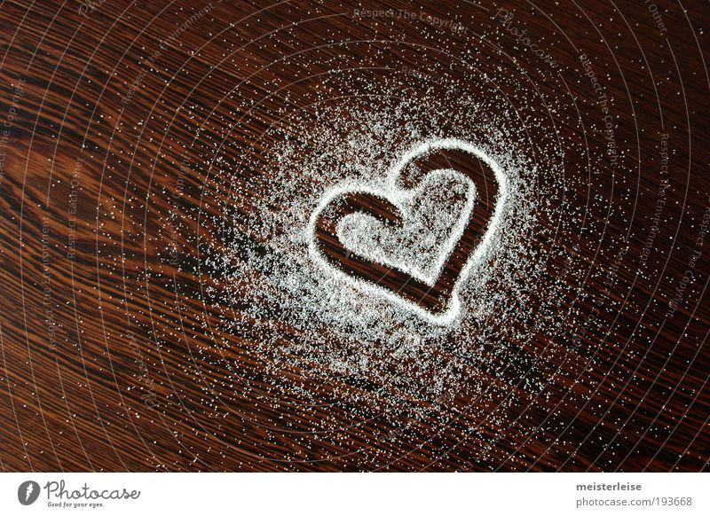 Ich hab Dich lieber als das Salz Holz Zeichen Herz Maserung süß weiß Gefühle Liebe dankbar Körner gestreut Wenge Zucker Süßwaren Farbfoto Gedeckte Farben