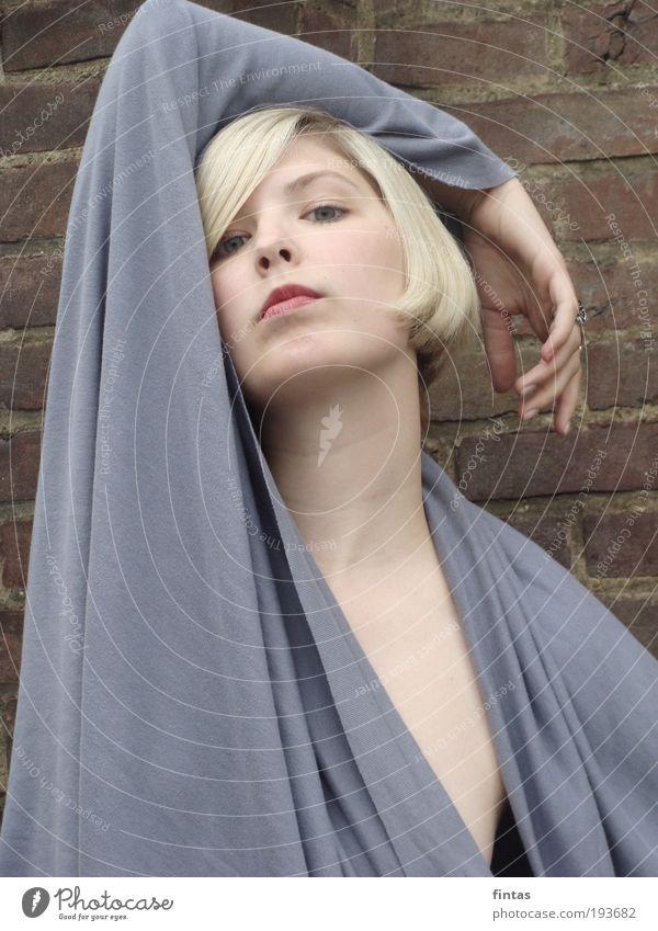 kühl. feminin Junge Frau Jugendliche 18-30 Jahre Erwachsene ästhetisch elegant kalt blau braun grau Gelassenheit Hochmut Stolz eitel Farbfoto Außenaufnahme