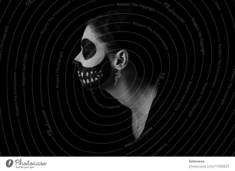 . Mensch Einsamkeit dunkel Gesicht Traurigkeit Gefühle Tod Stimmung Angst gefährlich bedrohlich Todesangst Zähne Ohr Schmerz Karneval