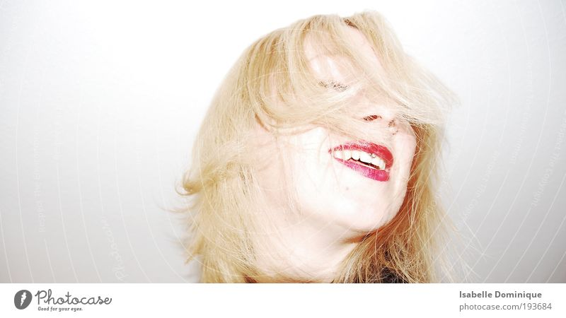 Mensch Jugendliche weiß rot Freude Gesicht feminin Kopf Haare & Frisuren Glück Erwachsene Feste & Feiern blond Tanzen frei frisch