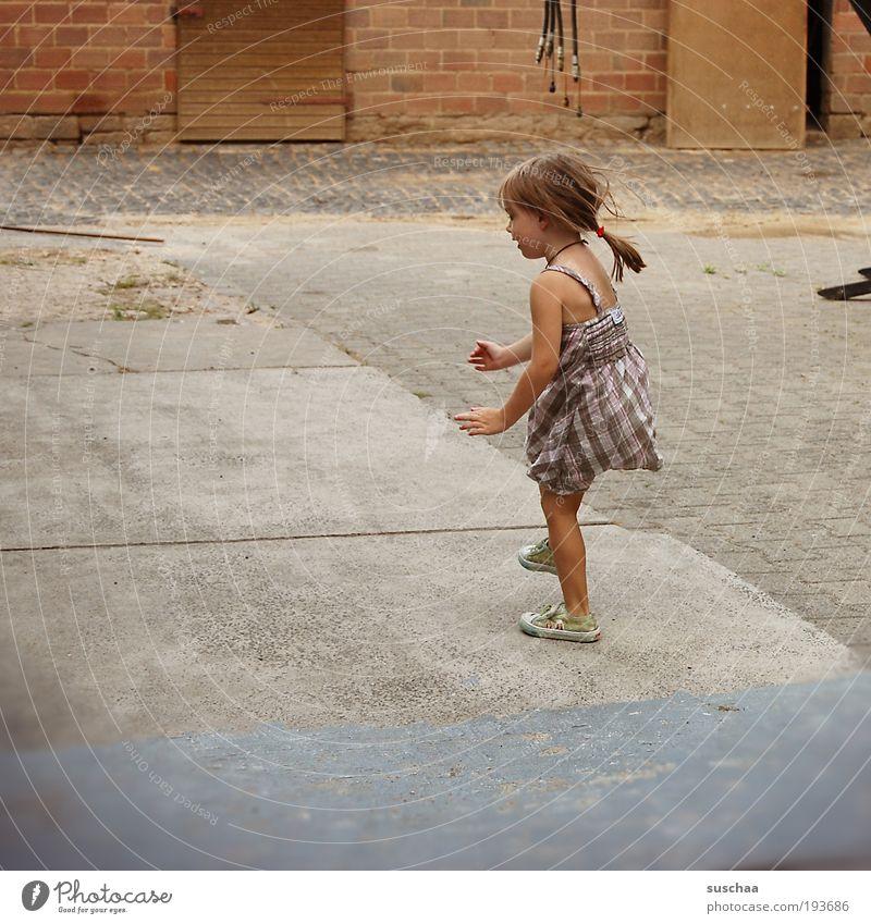 kind. ohne katze II Kind Mädchen Haare & Frisuren 3-8 Jahre Kindheit Beton Bewegung springen Fröhlichkeit natürlich Freude Leben Idylle Zufriedenheit Bauernhof