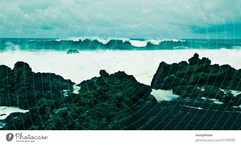 the green tube Himmel Wasser blau Meer Wolken Wetter Wellen Angst Wind Felsen bedrohlich Urelemente fantastisch Sturm Gewalt Schwarzweißfoto