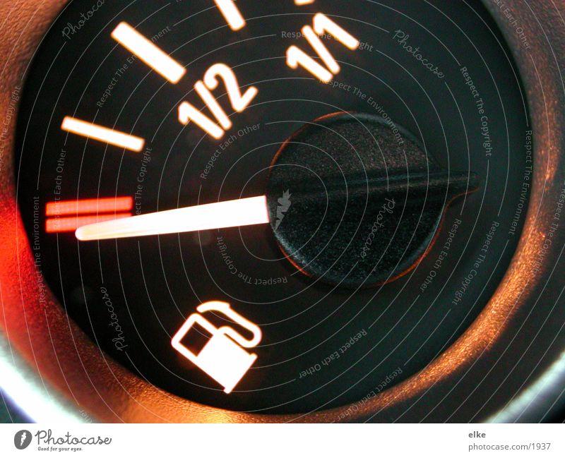 zeit zum auftanken Verkehr Tankstelle Ziffern & Zahlen Tachometer Zapfsäule