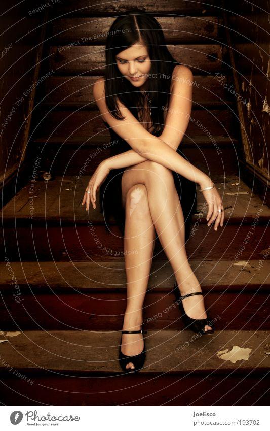 sitzen gelassen... Frau schön Einsamkeit Schuhe Leben dunkel feminin Stil Mensch träumen Traurigkeit Wärme Porträt Zufriedenheit Mode Erwachsene