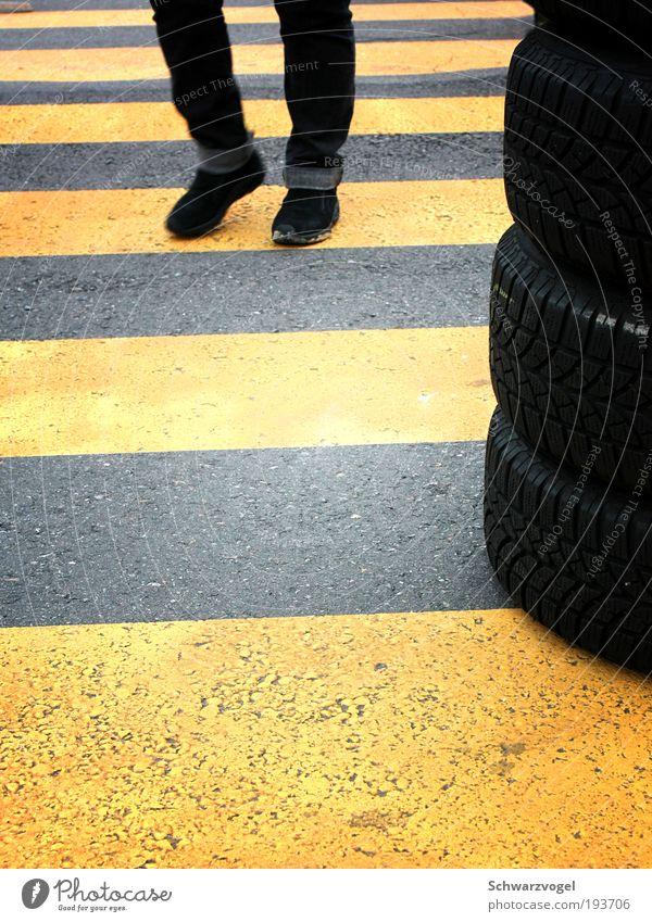 Stripdance Mensch gelb Straße Bewegung Wege & Pfade Fuß gehen rennen gefährlich außergewöhnlich Sicherheit fahren Jeanshose beobachten Asphalt Schutz
