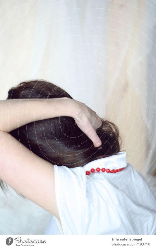 perle elegant Stil schön ruhig ausgehen feminin Junge Frau Jugendliche Erwachsene 1 Mensch 18-30 Jahre Bluse Accessoire Schmuck Halskette Perlenkette brünett