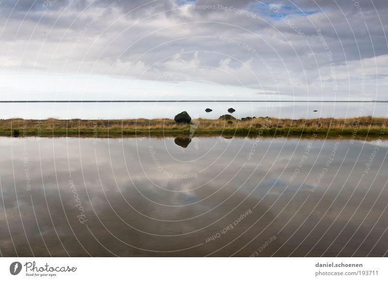 Isländische Weite mit viel Wasser und drei Felsen Himmel Meer blau Ferien & Urlaub & Reisen ruhig Wolken Einsamkeit Ferne Freiheit grau Küste Wetter Horizont
