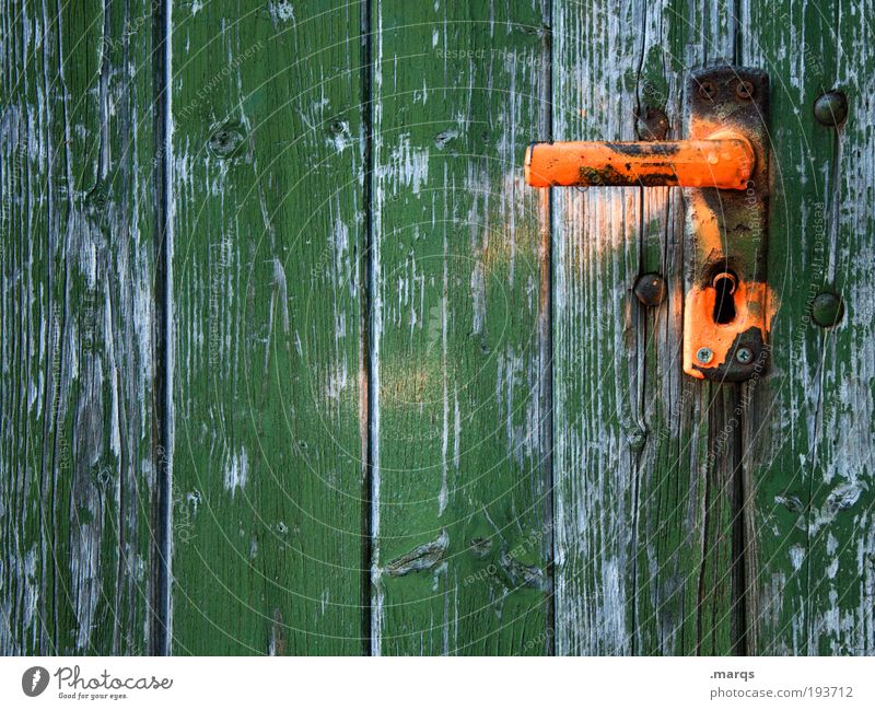 Einlass alt grün Holz orange Wohnung Tür einfach Häusliches Leben Vergänglichkeit Verfall Renovieren Gebäude mehrfarbig