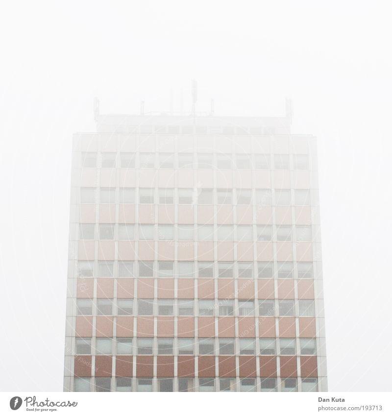Wolkenkratzer kalt Gebäude Zufriedenheit Nebel Fassade Design Häusliches Leben Bauwerk Unendlichkeit geheimnisvoll skurril verstecken mystisch Überraschung Symmetrie