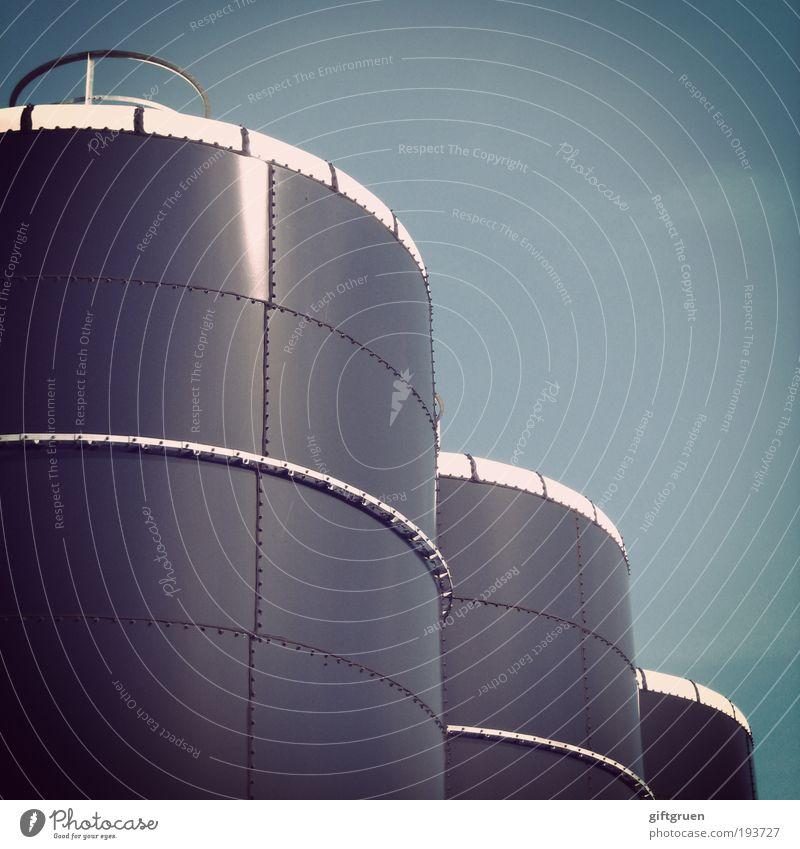 tonnenweise Industrieanlage Fabrik groß rund Fass Behälter u. Gefäße industriell Tank Zylinder Geometrie Himmel Froschperspektive Gastank Energiewirtschaft Turm