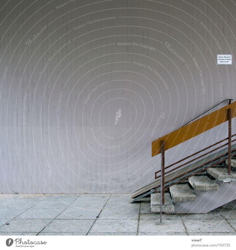 Hauseingangsbereich alt Ferne dunkel Wand Stein Mauer Linie braun Metall dreckig Wohnung Beton groß Fassade Treppe Ordnung