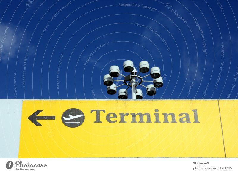 <-- nach hause Himmel blau weiß Ferien & Urlaub & Reisen gelb Schilder & Markierungen Ordnung Verkehr Tourismus Luftverkehr Schriftzeichen leuchten Hinweisschild Zeichen Flughafen Fernweh