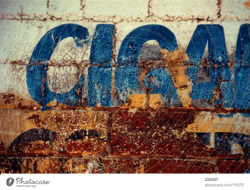 Cigars Wand Mauer Typographie braun Dinge kaputte Typo Vernacular Type blau