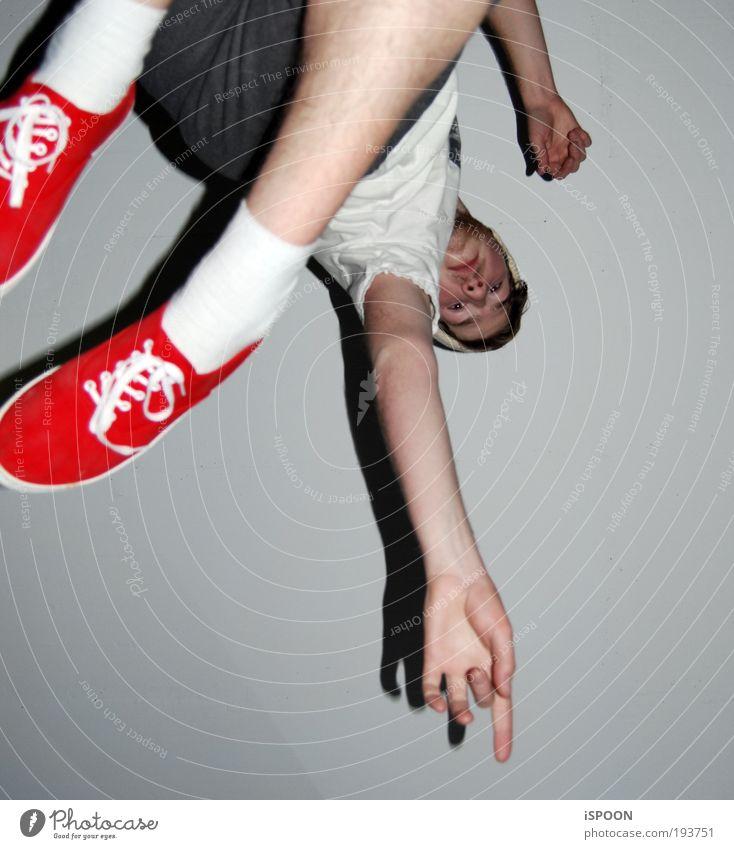 Blood Red Shoes 2nd Junger Mann Jugendliche 1 Mensch 18-30 Jahre Erwachsene T-Shirt Hose Strümpfe Schuhe Mütze brünett wählen beobachten Bewegung entdecken
