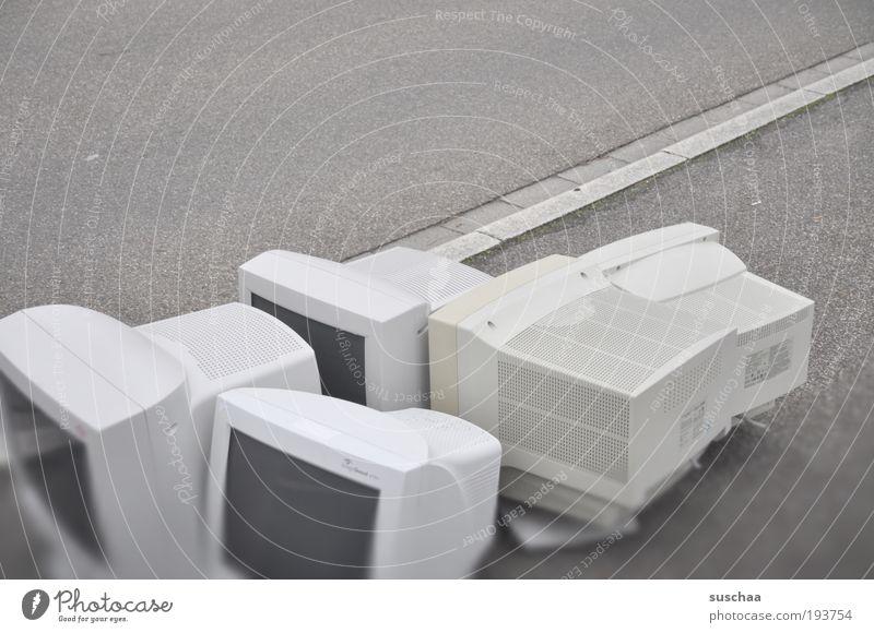 bildschirmhorde am strassenrand alt Straße grau Computer trist Informationstechnologie Asphalt Kunststoff Bildschirm Sammlung Recycling elektronisch elektrisch Bordsteinkante Straßenrand veraltet
