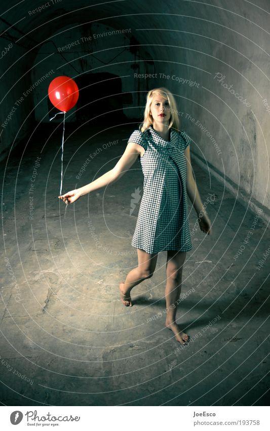 let's go get lost... Frau schön Freude Leben kalt feminin Stil Erwachsene Feste & Feiern blond elegant Geburtstag Mode stehen Luftballon einzigartig
