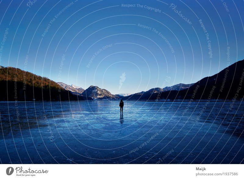 Walking on Ice Mensch Himmel Natur blau grün Wasser weiß Landschaft Einsamkeit Winter Wald Berge u. Gebirge schwarz Umwelt kalt Glück