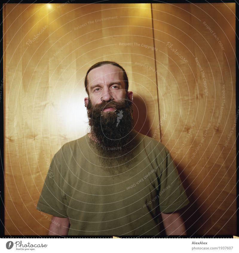 absolut Stil Junger Mann Jugendliche Kopf Haare & Frisuren Bart 30-45 Jahre Erwachsene T-Shirt Schmuck Piercing schwarzhaarig langhaarig Holz Raum beobachten