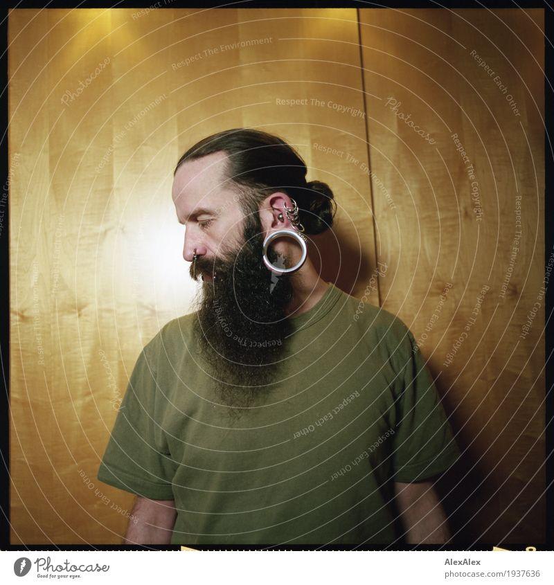 Blick zur Seite Stil Raum Schranktüren Junger Mann Jugendliche Kopf Haare & Frisuren Ohr Bart 30-45 Jahre Erwachsene T-Shirt Schmuck Piercing Ohrringe