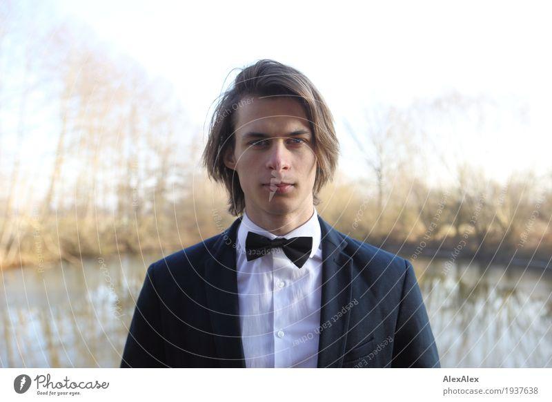 ausgehfertig - junger Mann in Anzug mit Fliege vor einem See im Herbst Stil Junger Mann Jugendliche Gesicht 18-30 Jahre Erwachsene Landschaft Pflanze Himmel