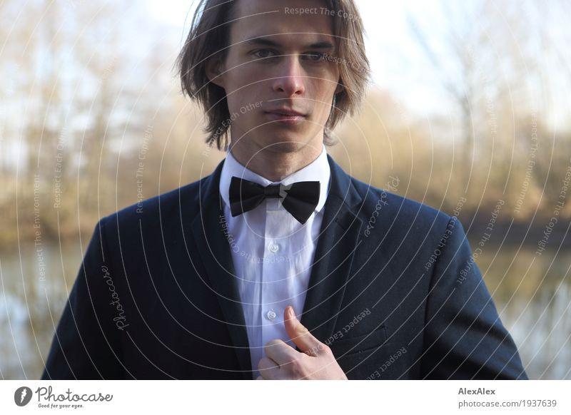 Portrait festlich elegant Stil Feste & Feiern Junger Mann Jugendliche 18-30 Jahre Erwachsene Landschaft Baum Sträucher Flussufer Anzug Fliege brünett langhaarig