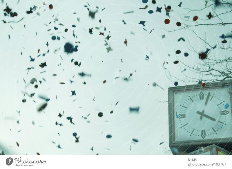 DIE FÜNFTE JAHRESZEIT... Himmel blau Freude Glück Luft Feste & Feiern Zeit fliegen Fröhlichkeit Uhr Papier Vergänglichkeit fallen Karneval Schönes Wetter